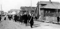 Выход на Первомайскую демонстрацию учеников Емецкой средней, 1960 г.